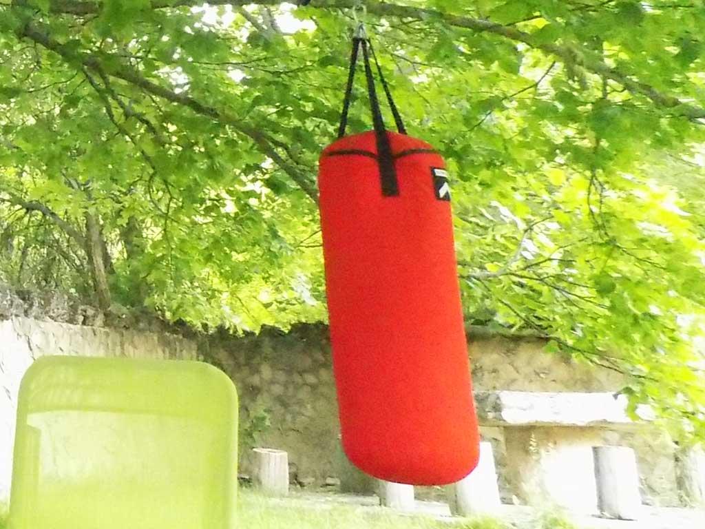 Saco de boxeo situada en el jardín común de Casas Rurales El Tobar